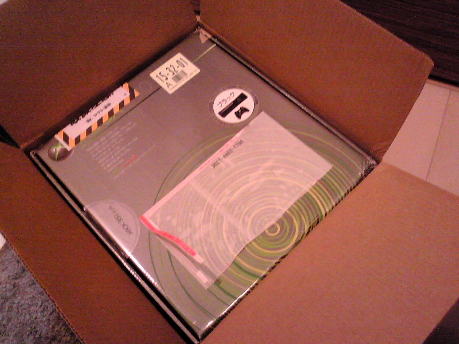 段ボール箱に入っている Xbox360 の箱